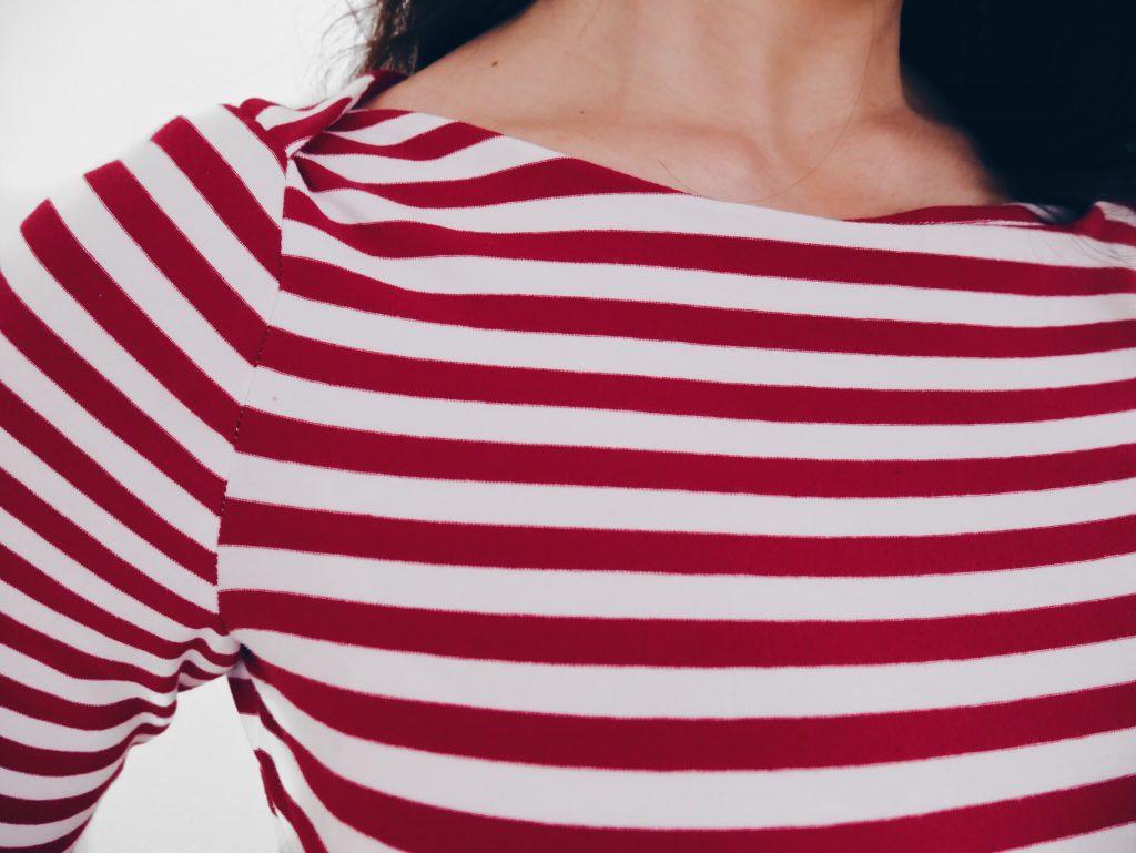 Streifen nähen - so klappt's mit der perfekten Seitennaht. Tipps wie du bei einem Streifenshirt deine Streifen an Seitennähten perfekt aufeinander bekommst.